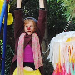 Clown candide pendant un spectacle en entreprise